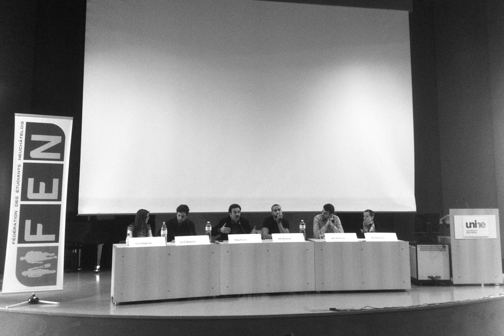 """Edwy Plenel, entouré de membres du journal universitaire de Neuchâtel et de la tribune """"Jet d'encre""""."""