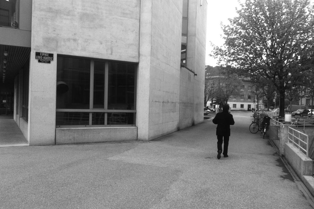 """""""I'm a poor lonesome journalist"""" - Edwy Plenel quitte le campus neuchâtelois à l'issue de sa conférence."""