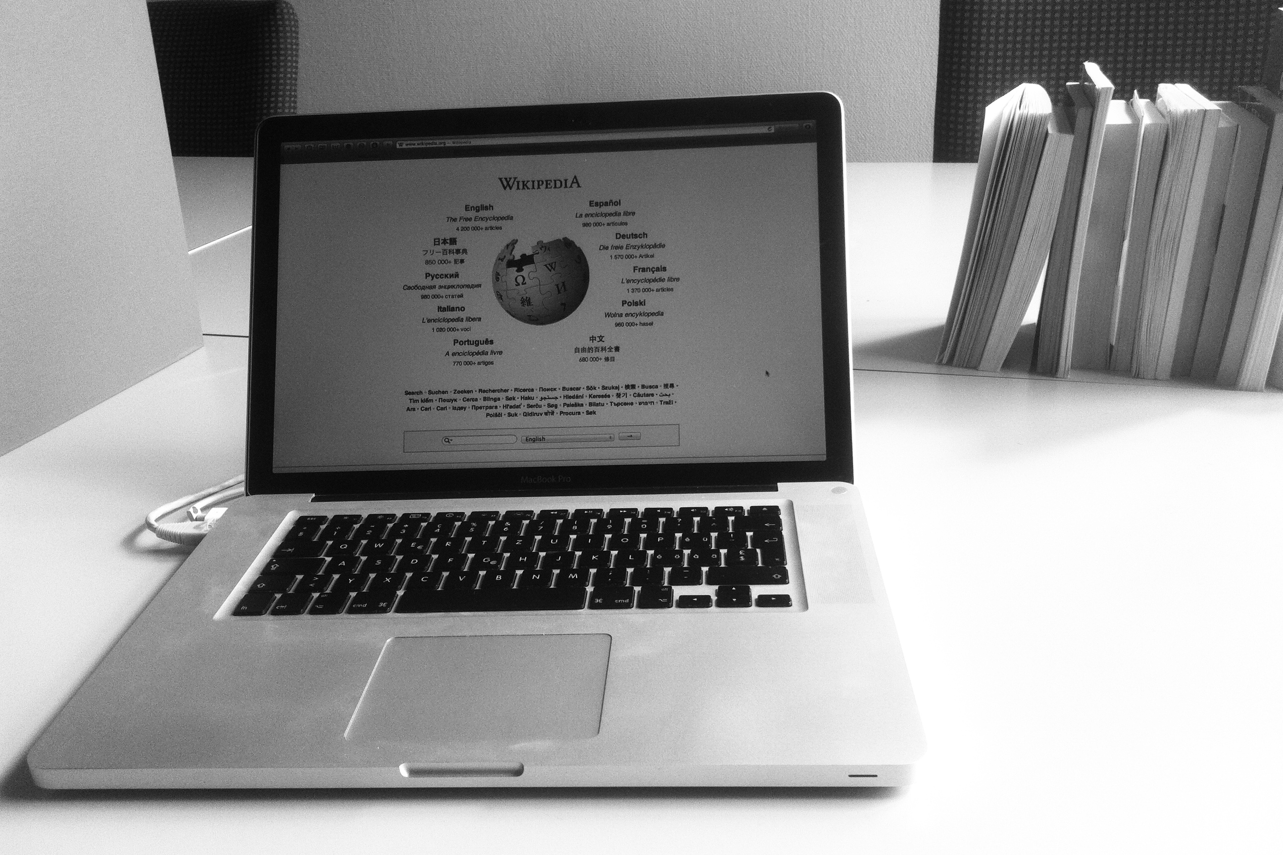 Mon bureau, son laptop ouvert sur wikipédia, et quelques livres pour faire comme si...