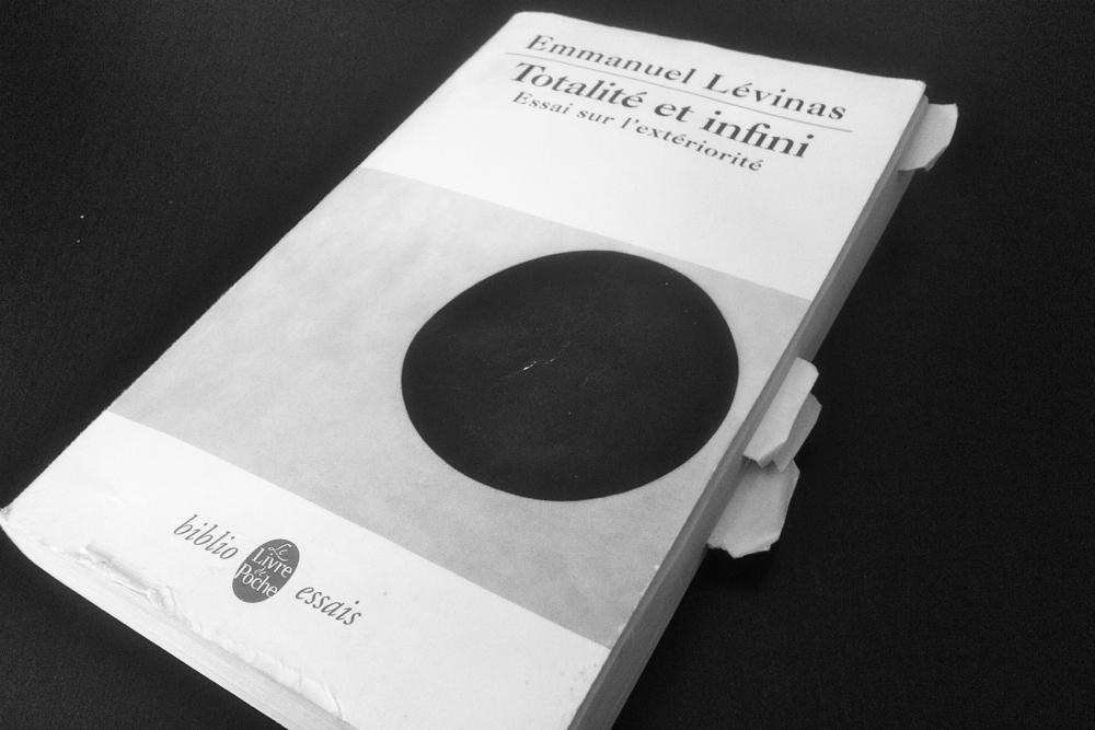 """""""Totalité et Infini"""", d'Emmanuel Lévinas dans son édition de poche de 2006, illustré par le """"Cercle noir"""" de Kasimir Malevitch."""