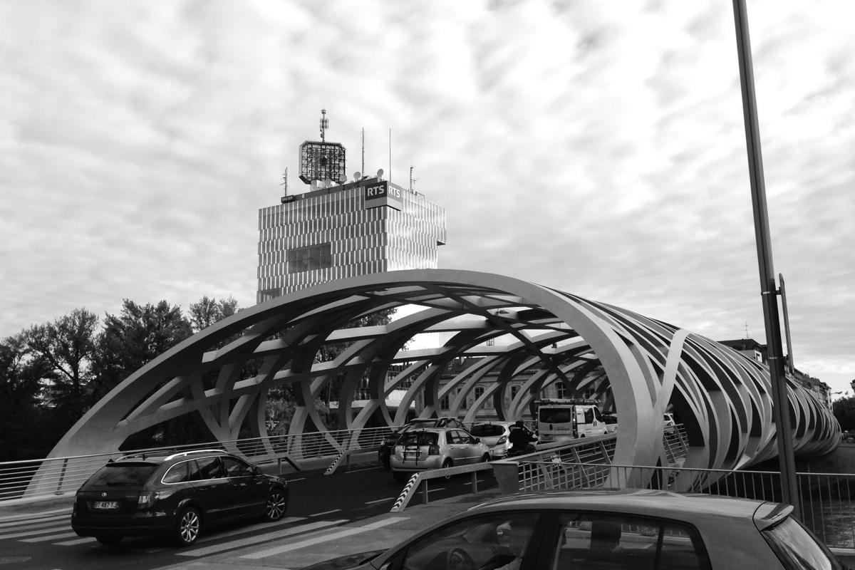 La tour de la RTS, Genève, et le pont Hans-Wilsdorf au premier plan.