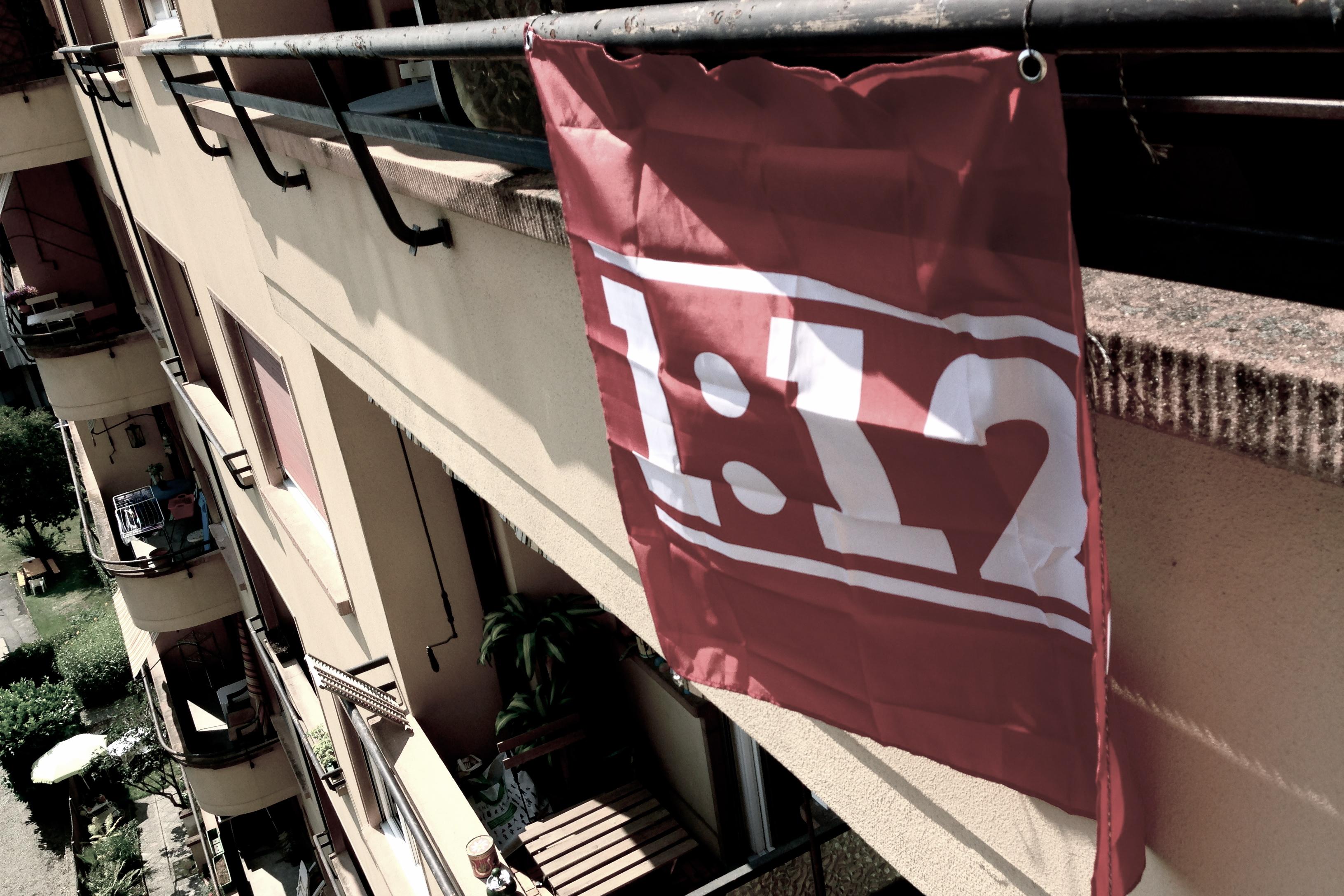 Originalité de la campagne 1:12, des dizaines de milliers de drapeaux aux balcons des particuliers.